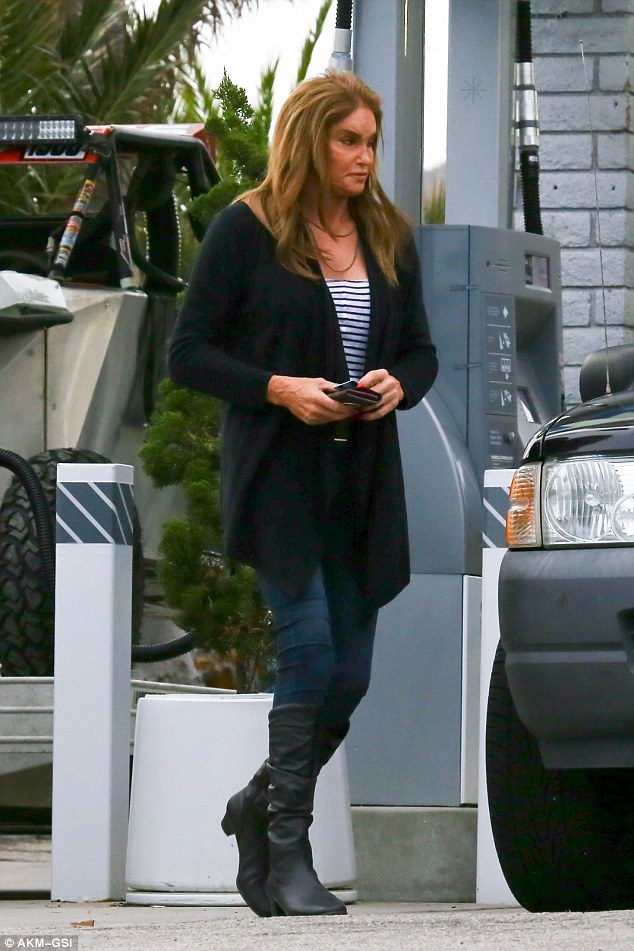 3bd54bbb00000578-4086414-another_casual_outing_kylie_s_dad_caitlyn_jenner_was_spotted_out-a-1_1483549970575