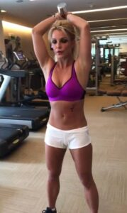 42BF8CDF00000578-4737382-Gimme_more_Wearing_a_purple_Nike_sports_bra_with_white_micro_sho-m-75_1501192027477
