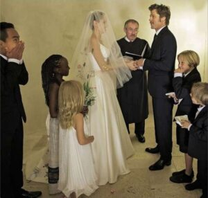 angelina-jolie-e-brad-pitt-durante-la-cerimonia-di-matrimonio