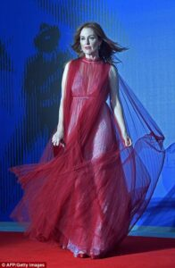 43CBE5A400000578-4845082-Dramatic_The_actress_stunned_in_the_dramatic_dress_which_framed_-m-81_1504291333645