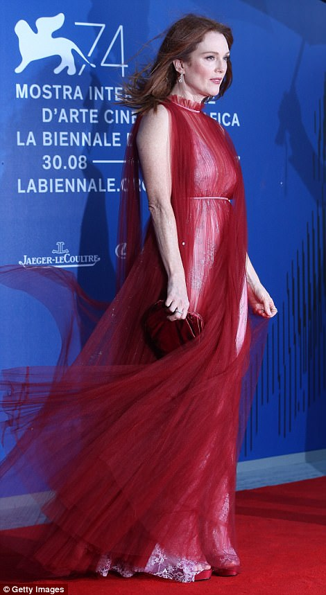 43CBF39400000578-4845082-Lady_in_red_Julianne_Moore_56_paved_the_way_for_glamour_as_she_a-m-133_1504292184362