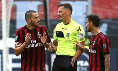 Ac Milan defender Leonardo Bonucci (L) speaks with Italian referee Piero Giacomelli  (C) after receiving a red card during the Italian Serie A soccer match between Ac Milan and Genoa at Giuseppe Meazza stadium in Milan, 22 October  2017.  ANSA / MATTEO BAZZI