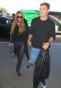 3DFE160F00000578-4284908-Lovebirds_Paris_Hilton_and_her_new_beau_Chris_Zylka_were_spotted-a-1_1488787738273