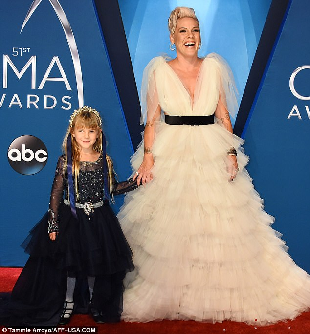 46266E1100000578-5064471-Best_date_Pink_took_her_adorable_little_girl_Willow_Hart_six_as_-a-1_1510207031284