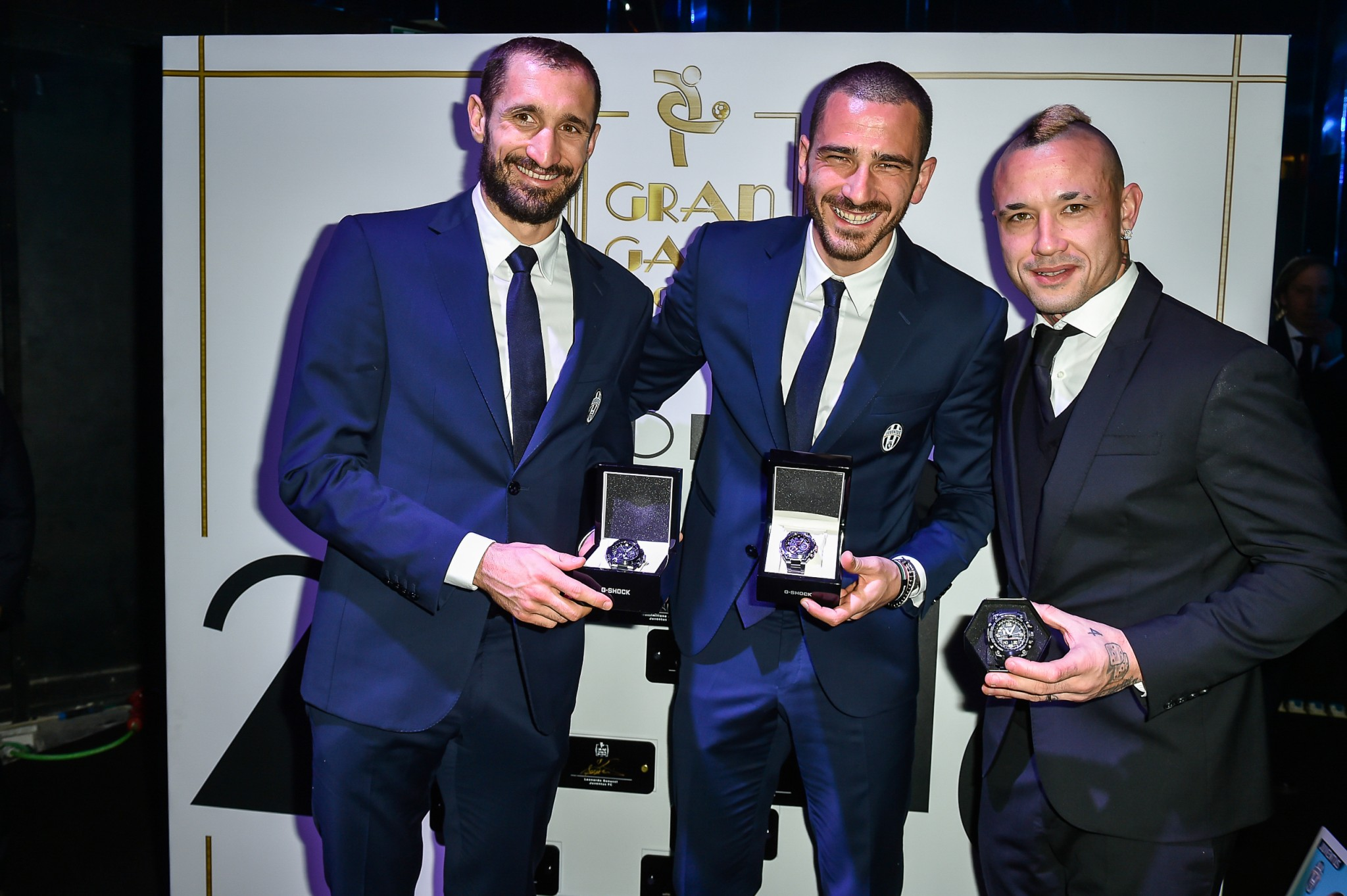 Giorgio-Chiellini-Daniele-Bonucci-e-Radja-Nainggolan-con-orologio-G-Shock-dopo-la-premiazione- (1)
