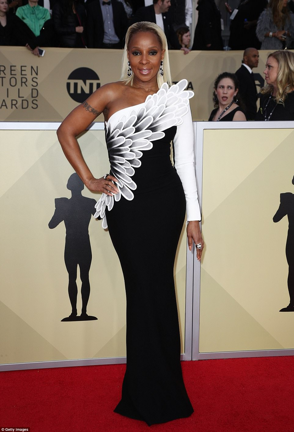 486D7FC900000578-5295901-High_flyer_Mary_J_Blige_looked_as_if_she_was_about_to_take_fligh-a-6_1516593658361